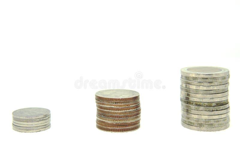 Pilhas da moeda de Ásia em um fundo branco imagens de stock