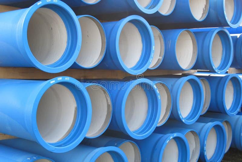 Pilhas das tubulações concretas para transportar a água e saneamento imagens de stock