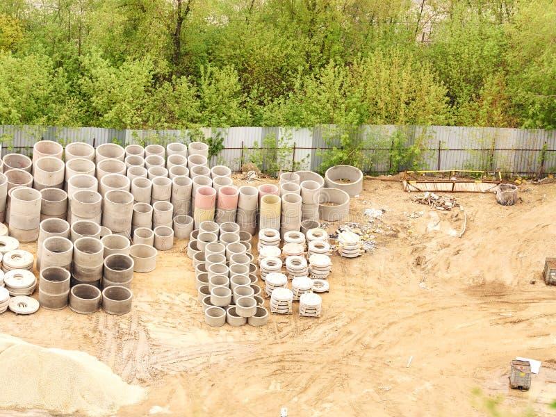 Pilhas de anéis concretos para o esgoto fotos de stock