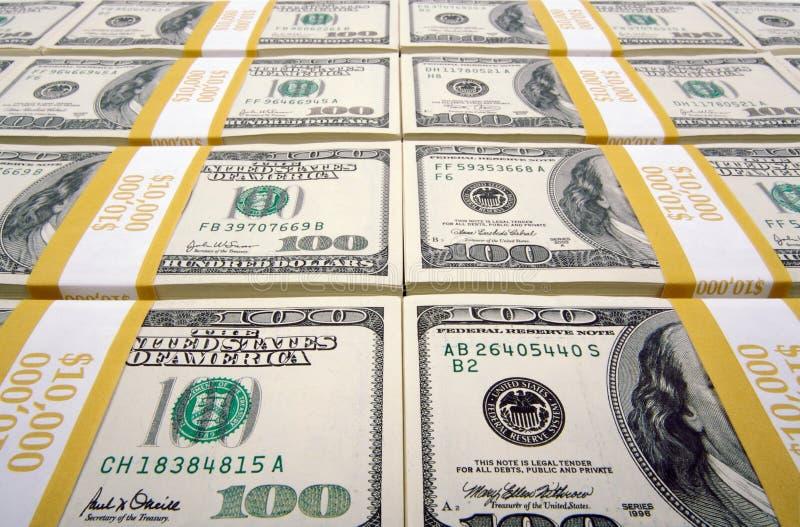 Pilhas de cem contas de dólar foto de stock
