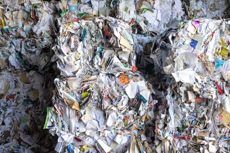 Pilhas de compartimentos velhos e dos newpapers armazenados reciclando imagem de stock royalty free