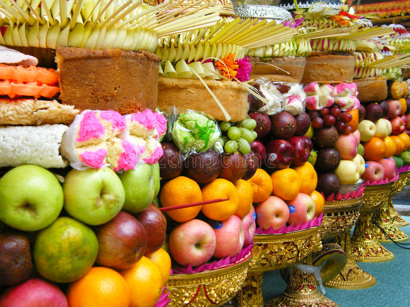 Pilhas de frutas como oferecendo ao deus [Gebogan] foto de stock royalty free