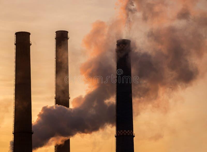 Pilhas de fumo da fábrica fotografia de stock royalty free