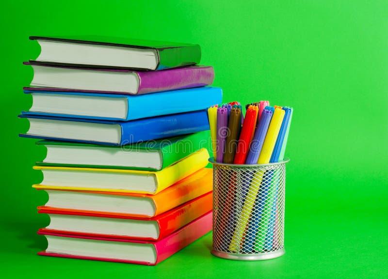 Pilhas de livros e de soquete coloridos com penas de feltro foto de stock royalty free