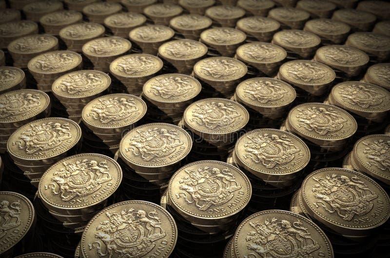 Pilhas de moedas de uma libra fotografia de stock royalty free