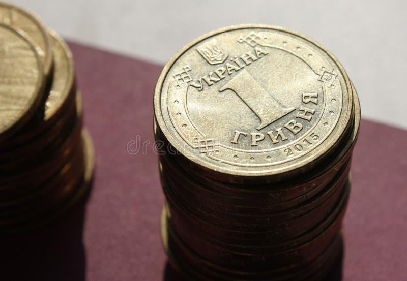 pilhas de moedas do banco ucraniano Moedas do tipo ucraniano: Kopek Conceito da opera??o banc?ria, impostos, d?bito, com borrado foto de stock royalty free