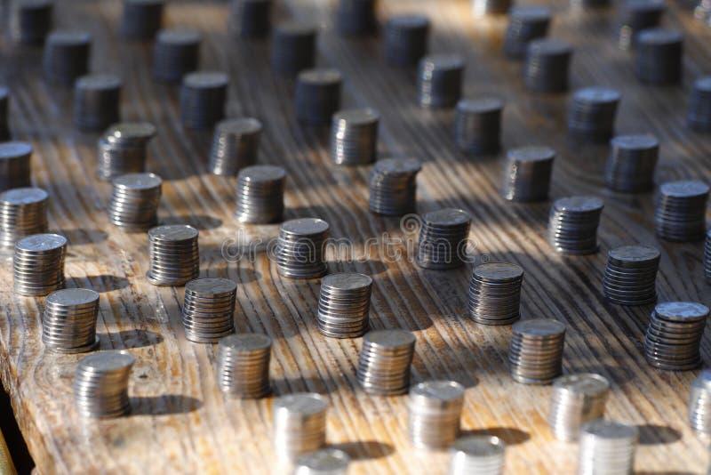 Pilhas de moedas em uma tenda do mercado de Yunnan, China imagem de stock