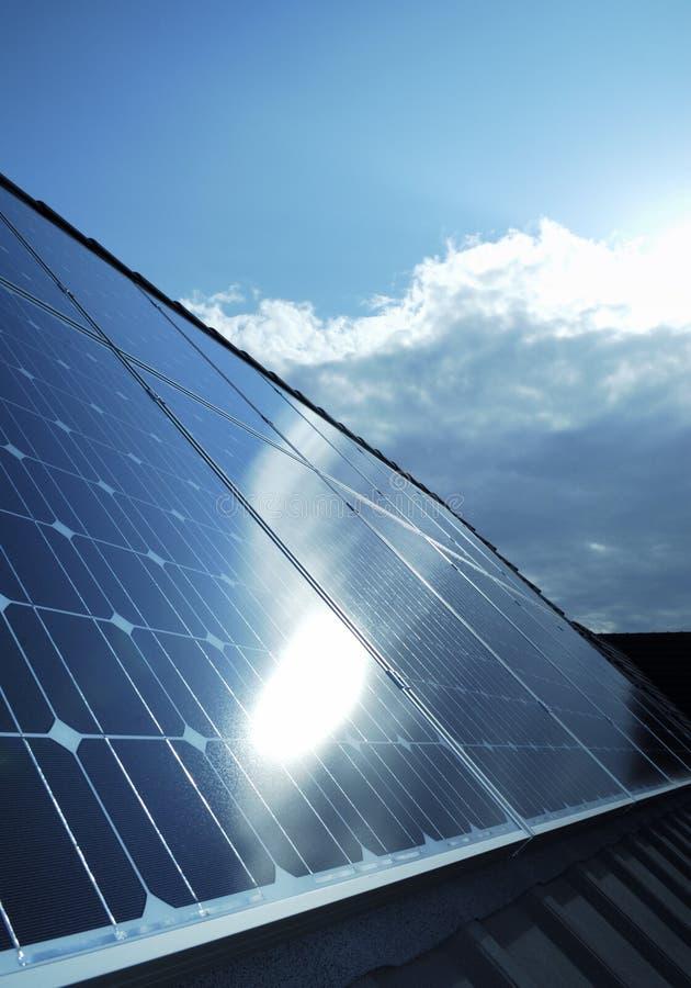 Pilhas de painéis solares photovoltaic elétricas foto de stock