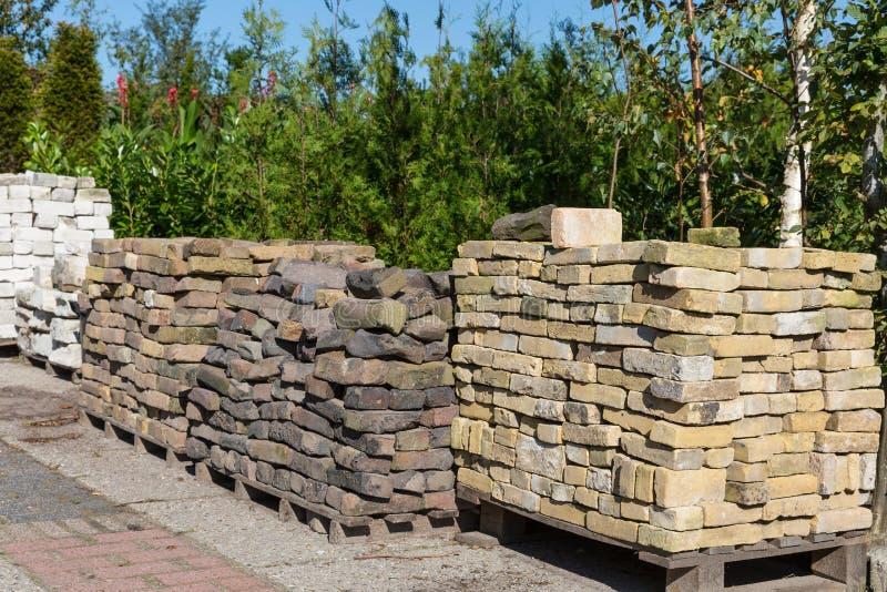 Pilhas de pedras decorativas para a venda em um centro de jardim imagens de stock royalty free