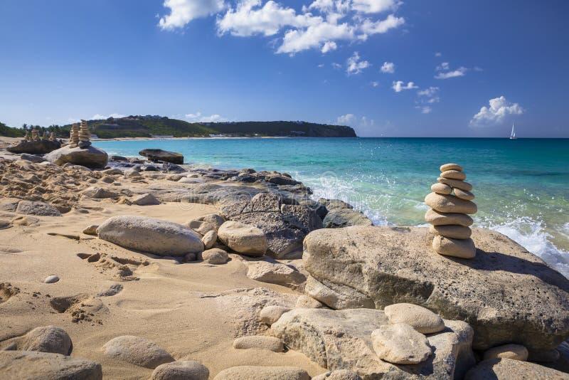 Pilhas de pedras no equilíbrio em uma praia fotografia de stock