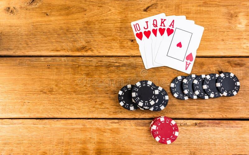 Pilhas de poker chips e recarga real sobre fundo de madeira, poker chips espalhados, grandes cegos, traficantes, conceito de pôqu imagens de stock royalty free