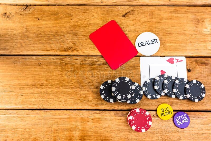 Pilhas de poker em fundo de madeira, poker chips espalhados, cego, traficante, conceito de pôquer fotos de stock