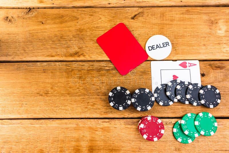 Pilhas de poker em fundo de madeira, poker chips espalhados, cego, traficante, conceito de pôquer fotos de stock royalty free