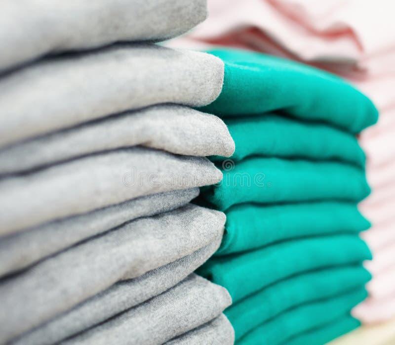 Pilhas de roupa fotos de stock
