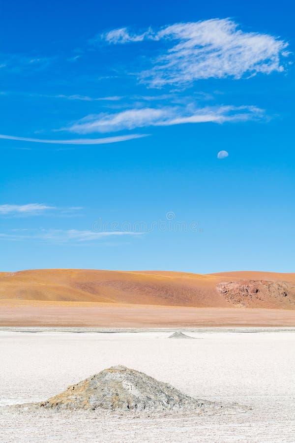 Pilhas de sal sob a lua - Atacama imagens de stock