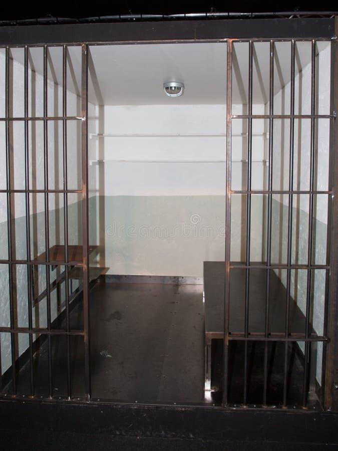 Pilhas do vintage em uma prisão velha do Grunge vista através das barras da cadeia fotos de stock royalty free