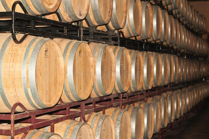 Pilhas e fileiras de tambores de vinho na adega de vinho espanhola fotos de stock royalty free