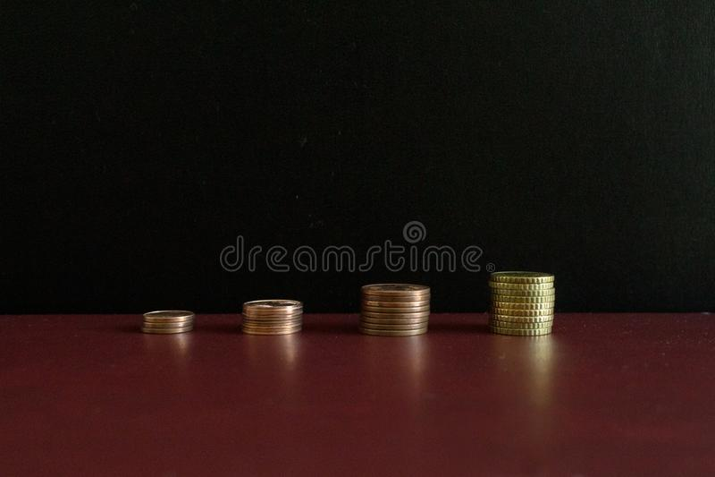 4 pilhas pequenas de euro- moedas do dinheiro em seguido fotos de stock royalty free