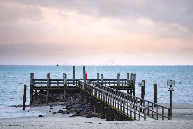 Pilier à la plage de Wyk sur l'île allemande de Foehr en novembre froid photographie stock libre de droits
