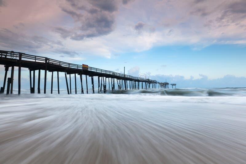 Pilier abandonné de pêche de côtés extérieurs de la Caroline du Nord photos stock