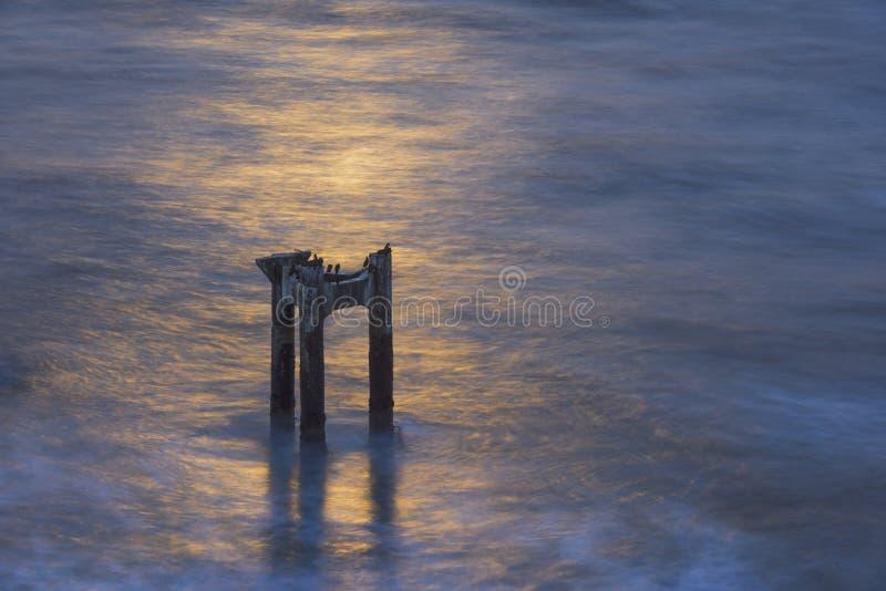 Pilier abandonné de pilier près de Davenport, au coucher du soleil photographie stock