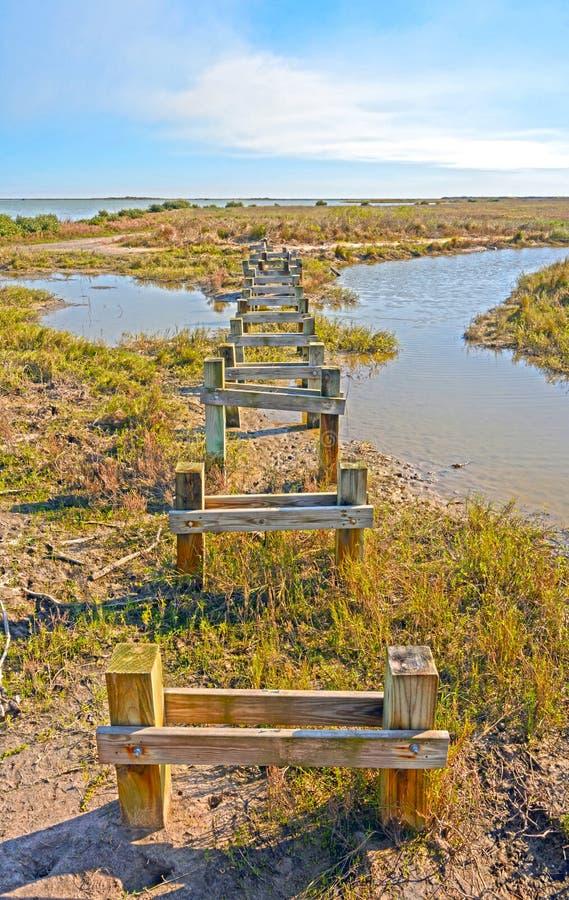Pilier abandonné sur un rivage à distance image libre de droits