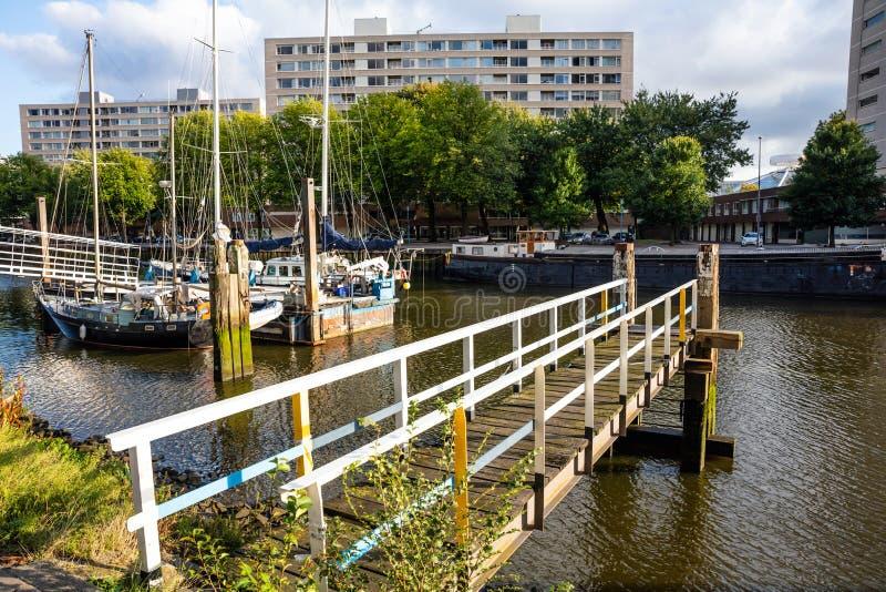 Pilier au-dessus de rivière de ville avec des voiliers, fond, papier peint photos stock