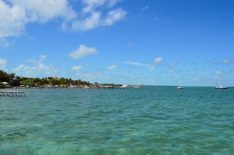 Pilier avec Crystal Clear Caribbean Waters, calfat de Caye, Belize images stock
