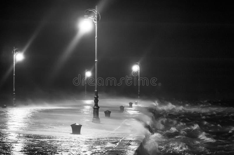 Pilier avec les vagues et le vent très forts images libres de droits