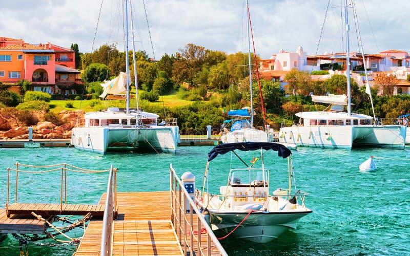 Pilier avec les yachts de luxe dans la marina de Porto Cervo Sardaigne images libres de droits