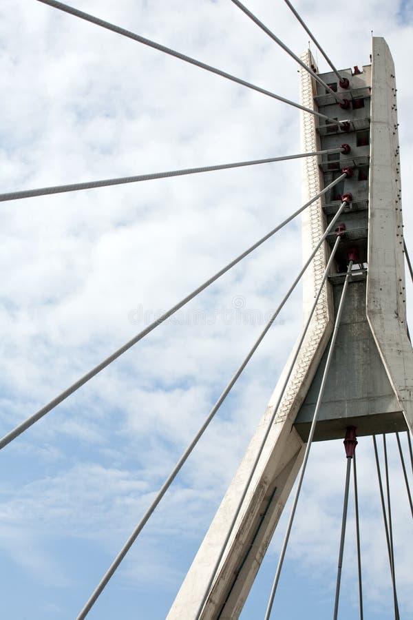Pilier câble-resté moderne de pont avec la vue de plan rapproché de cordes en acier image stock