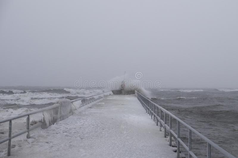 Pilier chez le lac Ontario pendant la tempête de vent violent et de chute de neige importante image stock