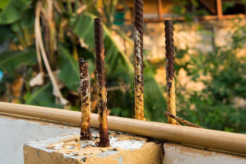 Pilier concret fort avec les tiges en acier photo libre de droits