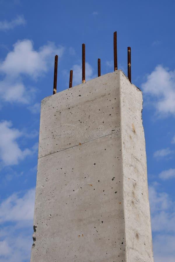 Pilier concret renforcé contre le ciel bleu nuageux photo stock