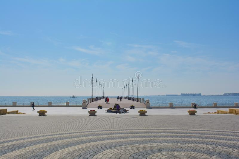 Pilier dans la baie de Bakou, parc de bord de la mer national, Azerbaïdjan image libre de droits