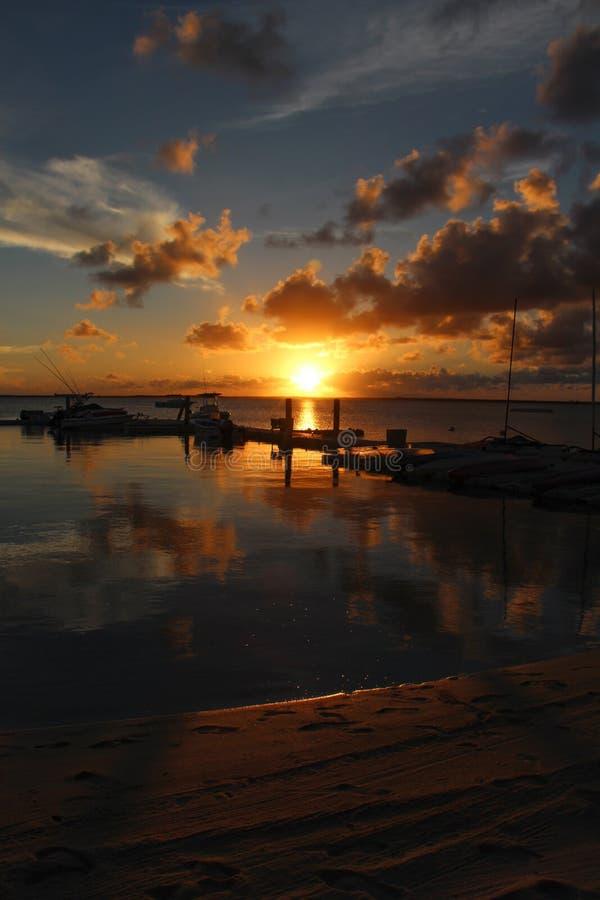 Pilier de bateaux au coucher du soleil photo stock