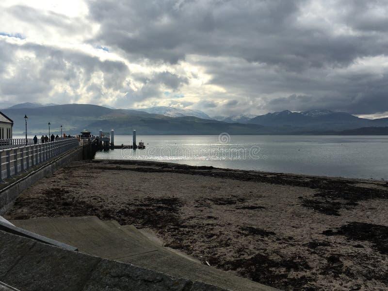 Pilier de Beaumaris avec des montagnes de Snowdonia image stock