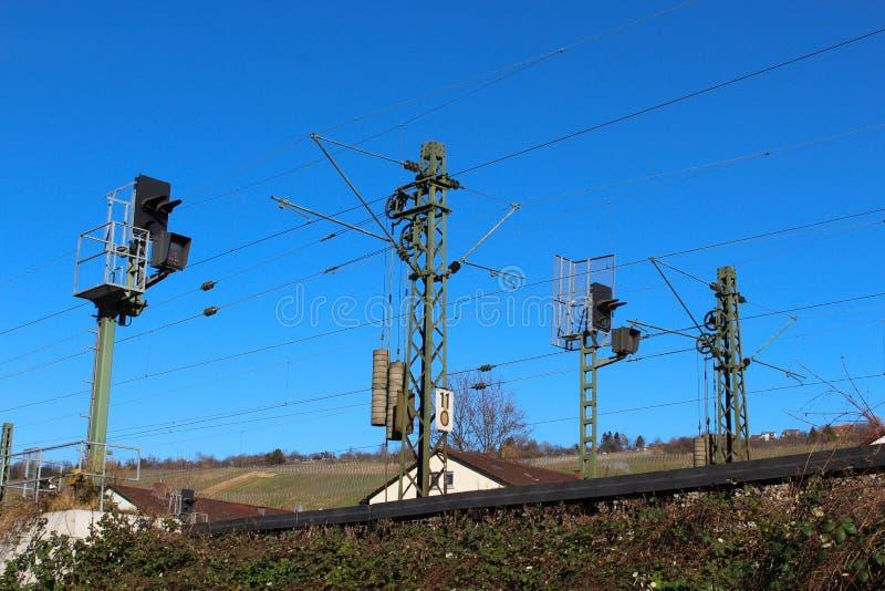 Pilier de courant électrique pour des trains photographie stock