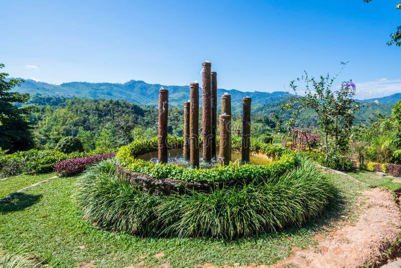 Pilier de huit bambous de fontaine dans le jardin photographie stock libre de droits