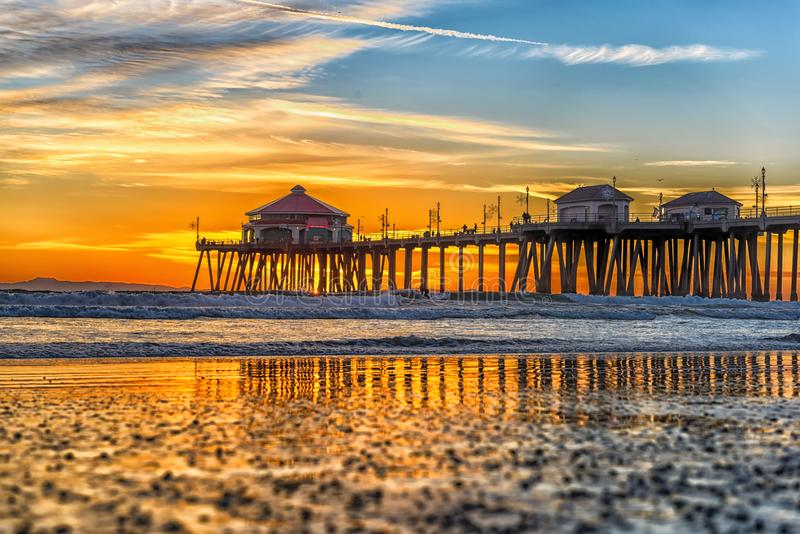 Pilier de Huntington Beach au coucher du soleil image stock