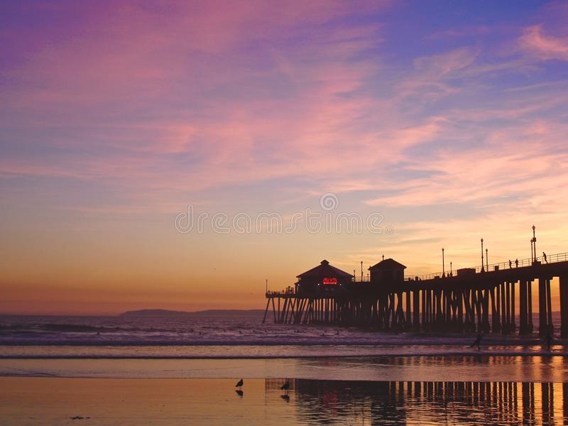 Pilier de Huntington Beach au coucher du soleil photos stock