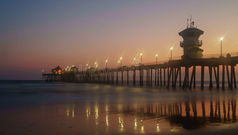 Pilier de Huntington Beach la nuit image libre de droits