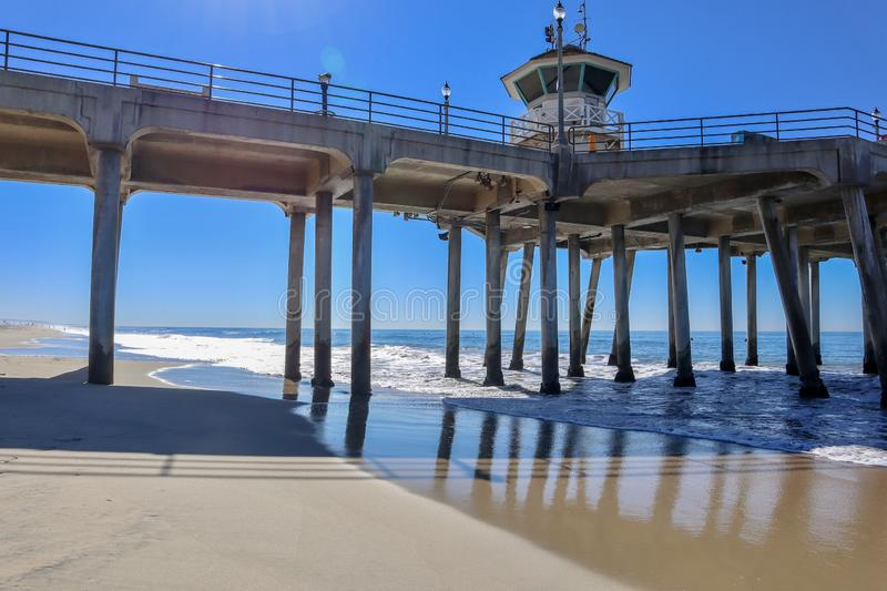 Pilier de Huntington Beach sur le ciel bleu images stock