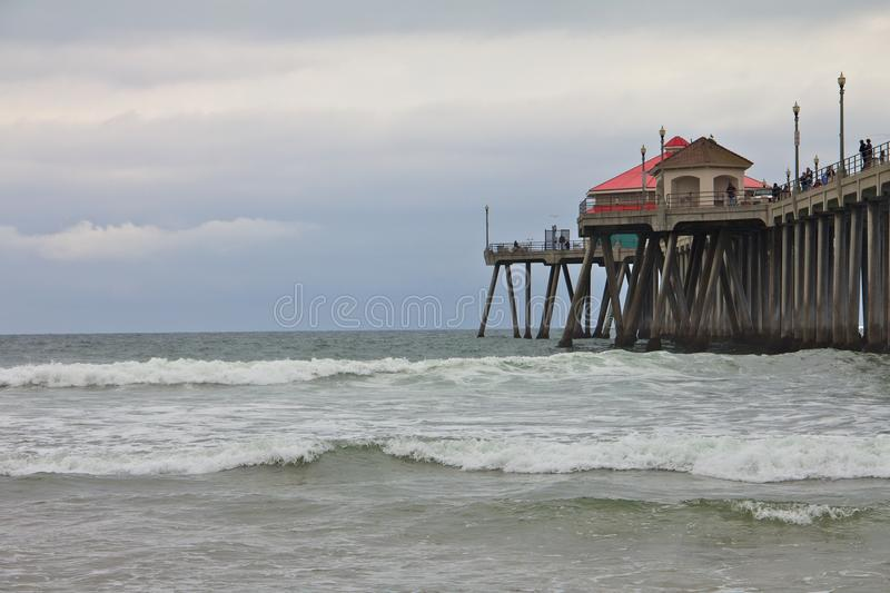 Pilier de Huntington Beach un jour sombre photographie stock