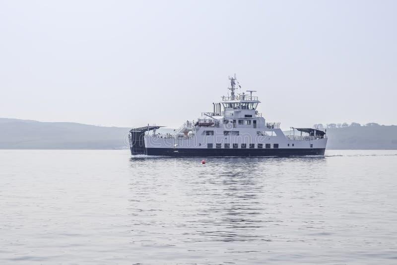 Pilier de Largs et le car-ferry local images libres de droits