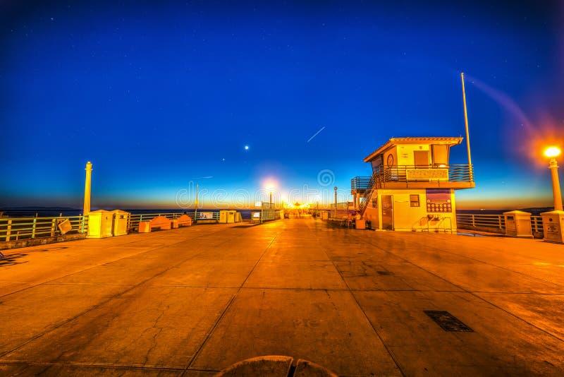 Pilier de Manhattan Beach la nuit images stock