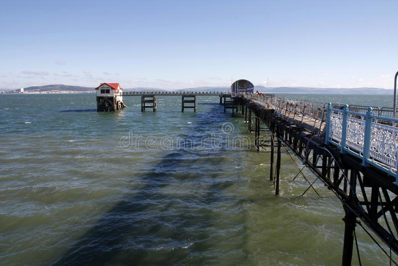 Pilier de marmonnements et station de canot de sauvetage de RNLI, Swansea photos libres de droits