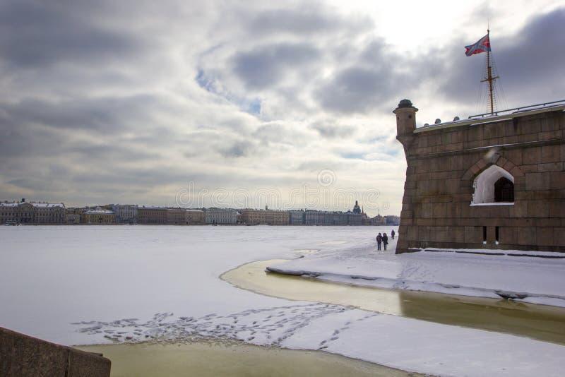 Pilier de Nevskaya et la porte du ` s de commandant dans Peter et Paul Fortress de St Petersburg en hiver photo stock