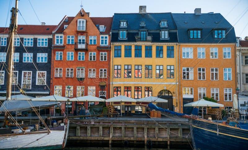 Pilier de Nyhavn avec de beaux bâtiments colorés et autre dans la vieille ville de Copenhague, Danemark image libre de droits