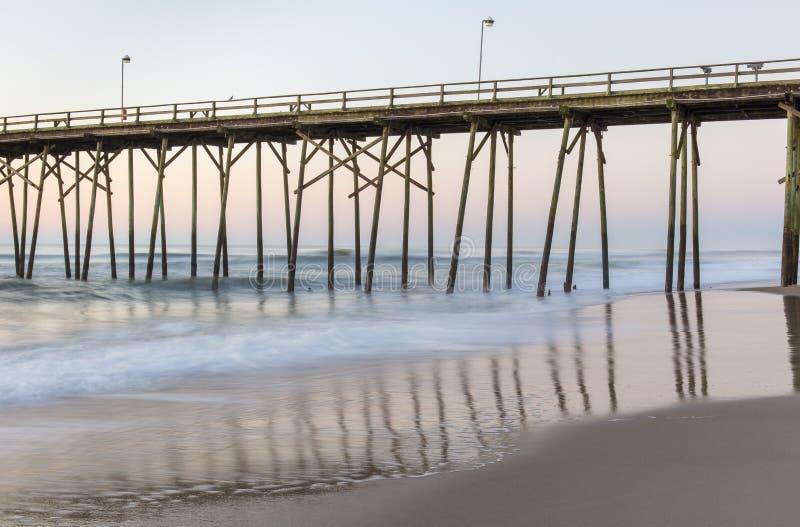 Pilier de pêche à la plage de Kure, la Caroline du Nord image stock